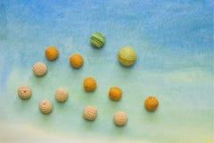 在水彩背景的小钩针编织小珠 手工制造创造性的工艺背景 免版税库存图片