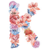 在水彩花,被隔绝手拉在白色背景,婚姻的设计上写字,英语字母表K  免版税库存图片