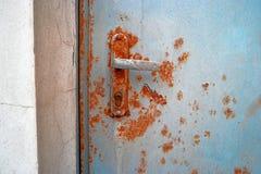 在紧急出口的老生锈的门把手 免版税库存照片