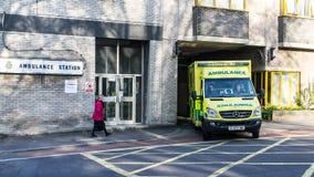 在紧急呼叫的救护车 库存图片