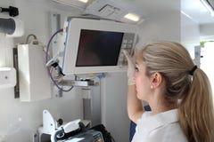 在紧急救护车汽车的病人监护仪 库存图片