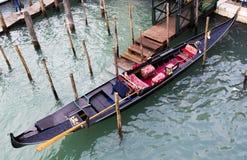 在水意大利的长平底船 免版税库存照片