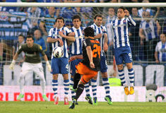 在任意球的墙壁上的RCD Espanyol球员 免版税库存照片