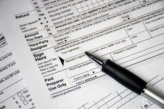 在1040所得税形式的圆珠笔 库存图片