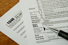 在1040所得税形式的墨水笔 图库摄影