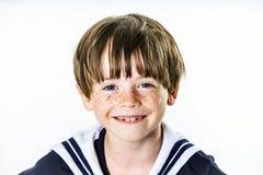 在水手服打扮的逗人喜爱的小男孩 免版税库存图片