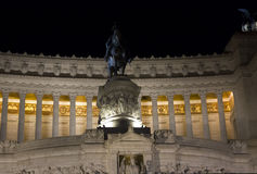 在维托里奥Emanuele II骑马者雕象晚上关闭  库存照片
