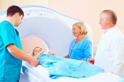 在医护人员中的小耐心孩子准备好ct扫描 免版税库存图片