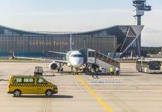 在维护大厅前面的汉莎航空公司航空器 库存照片