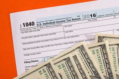 在1040报税表的美元钞票 库存图片