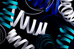 在黑抽象背景隔绝的卷毛丝带 库存图片