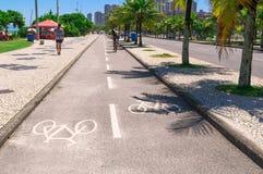 在巴拉岛da Tijuca,里约热内卢骑自行车沿海岸区道路  库存照片