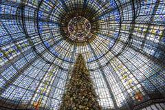 在画廊拉斐特商店,巴黎,法国的圣诞节装饰 库存图片