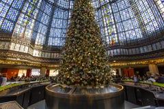在画廊拉斐特商店,巴黎,法国的圣诞节装饰 免版税库存图片