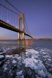 在维拉萨诺海峡桥梁下冰在日落 库存照片