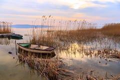 在巴拉顿湖的日落有小船的 免版税库存图片