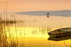 在巴拉顿湖的日落有小船的 库存照片