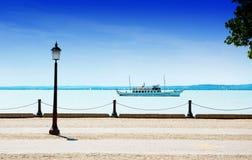 在巴拉顿湖的老客船 库存照片