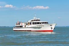 在巴拉顿湖的船 免版税库存照片