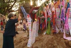 在崇拜的旗子从人在Songkranday。 库存图片
