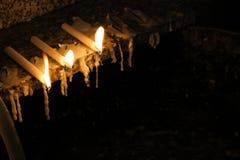 在崇拜的蜡烛 库存照片