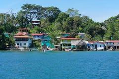 在巴拿马的海岛上的沿海加勒比村庄 库存图片