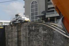 在巴拿马运河的米拉弗洛雷斯锁 免版税图库摄影