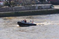 在巴黎维持在河塞纳河的快速汽艇治安 库存图片