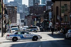 在阻断交通的街道中间的警车 免版税库存图片