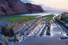 在巴斯克地区海滩Zumaia,西班牙的复理层 免版税库存图片