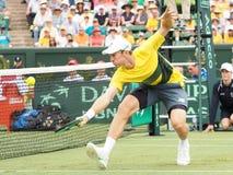 在戴维斯杯双期间对,澳大利亚网球员约翰凝视 美国 免版税图库摄影