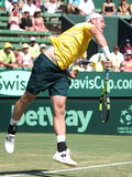 在戴维斯杯期间的山姆Groth选拔反对从美国的约翰・伊斯内尔在Kooyong草地网球运动俱乐部 免版税库存图片