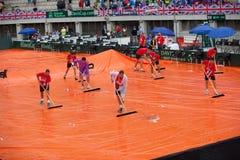在戴维斯杯的雨,贝尔格莱德,塞尔维亚2016年7月16日以后给clearning的网球场雇用职员 图库摄影
