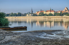 在维斯瓦河的华沙老城视图 免版税库存照片
