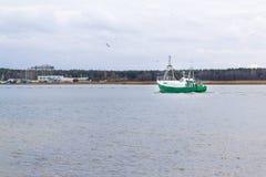 在维斯瓦河的渔船在格但斯克,波兰附近 免版税库存照片