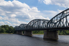 在维斯瓦河的钢桥梁 免版税库存照片