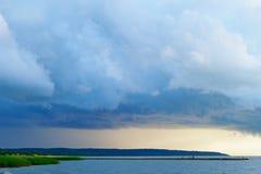 在维斯瓦河盐水湖的风雨如磐的云彩 免版税库存照片