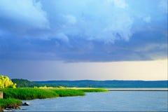 在维斯瓦河盐水湖的风雨如磐的云彩 免版税库存图片