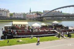 在维斯瓦河,克拉科夫波兰的驳船 免版税库存照片
