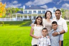 在他们新的家前面的大西班牙家庭 免版税库存图片
