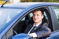 在他新的汽车的英俊的年轻商人 免版税库存照片