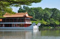 在水旁边的Pavillion在中国庭院/句容庭院里 免版税库存照片