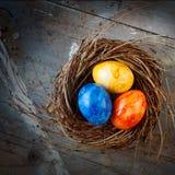 在破旧的木头的复活节彩蛋 免版税库存图片