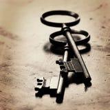 在破旧的木头的老钥匙 库存图片