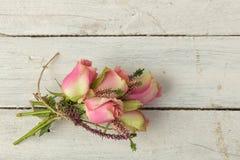 在破旧的桌上的玫瑰 免版税图库摄影