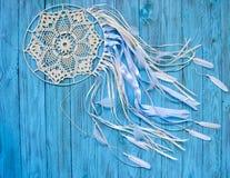 在破旧的蓝色木背景的Dreamcatcher 种族设计, boho样式,部族标志 库存照片