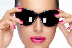 在黑时尚太阳镜的美好的模型 明亮的构成和M 库存照片