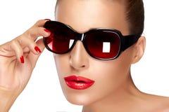 在黑时尚太阳镜的美好的模型 明亮的构成和M 库存图片
