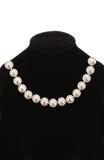 在黑时装模特的珍珠项链 免版税库存图片