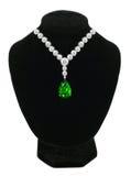 在黑时装模特的金刚石和绿宝石项链 免版税库存图片